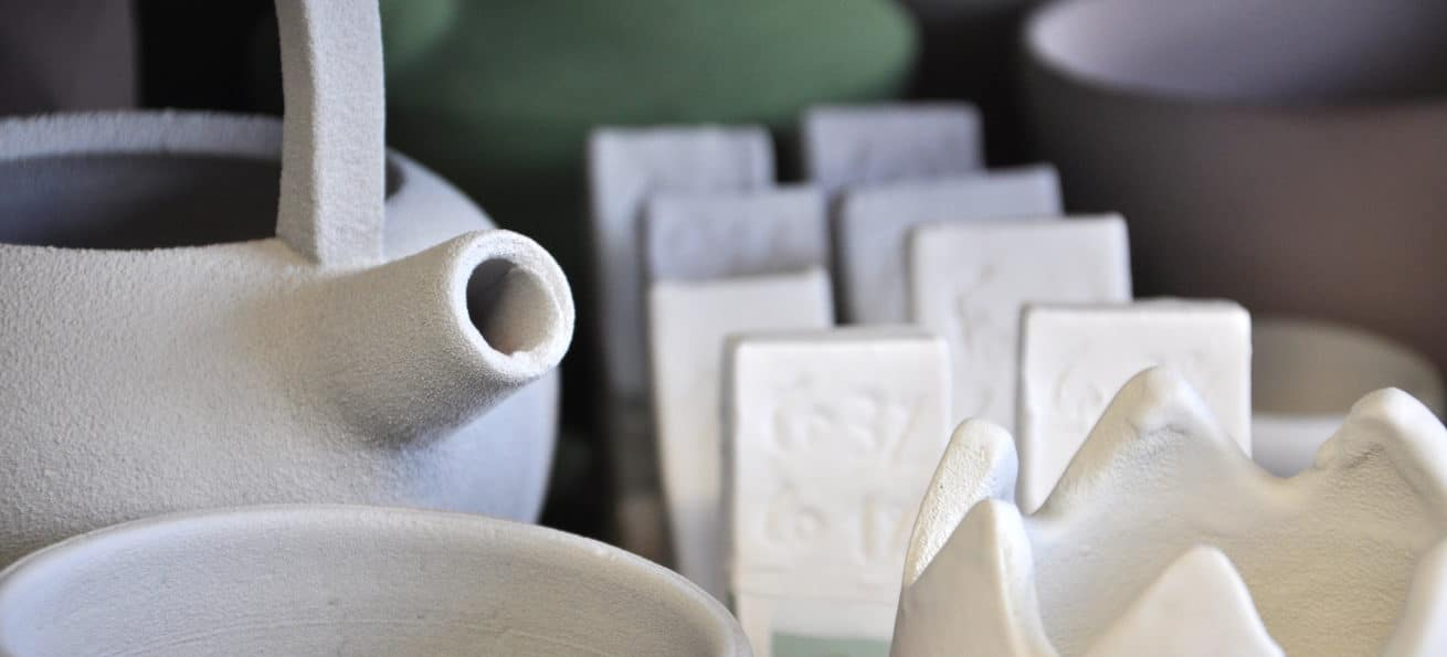 Émaillage des pots à l'atelier Créamik