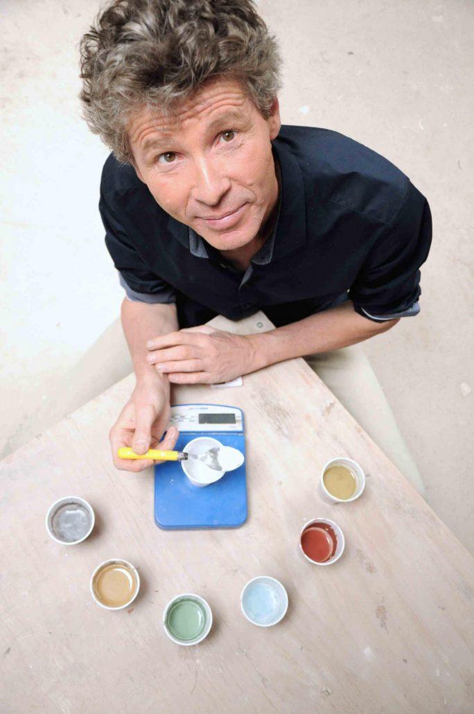 Matthieu Liévois, potier céramiste, dans son atelier de céramique Créamik