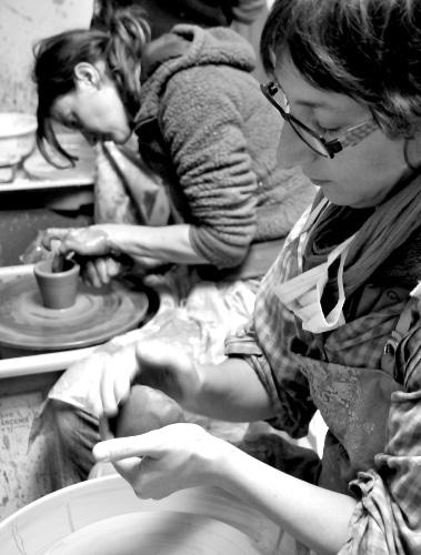 Cours de tournage au centre de formation de céramique Créamik