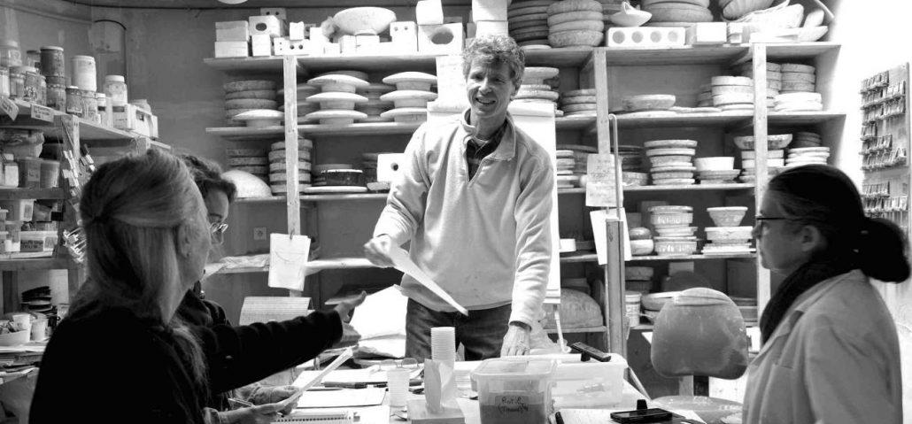Cours de céramique par Matthieu Liévois, potier céramiste à l'école Créamik