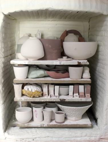 Enfournement de céramiques dans un four du centre de formation de poterie Créamik