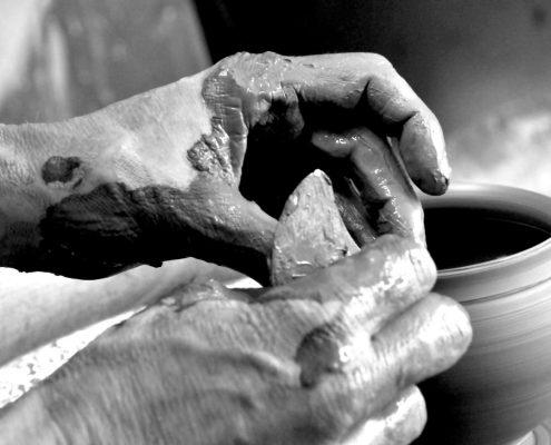 Tournage d'un pot au centre de formation de céramique Créamik