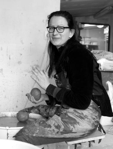 Élève du centre de formation de céramique et poterie Créamik